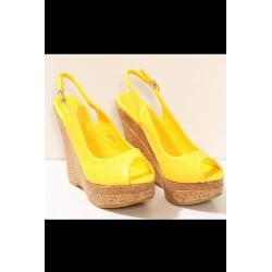 3206-2 Lakierkowane sandałki na wysokim koturnie z paseczkiem - żółty